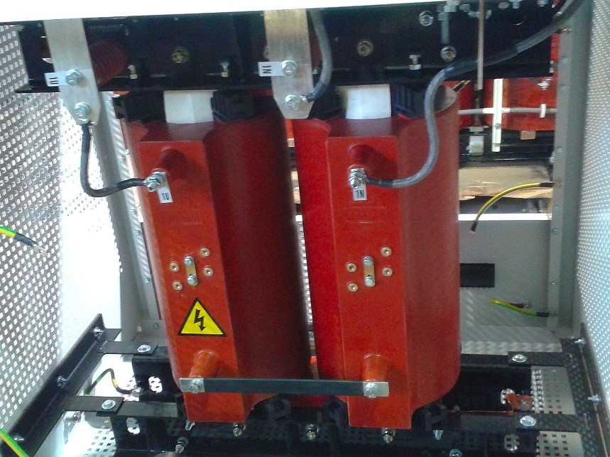 Fot.6 Dławik gaszący żywiczny obudowie IP21 w trakcie montażu
